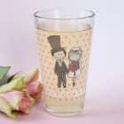 Trinkglas mit charmantem Brautpaar