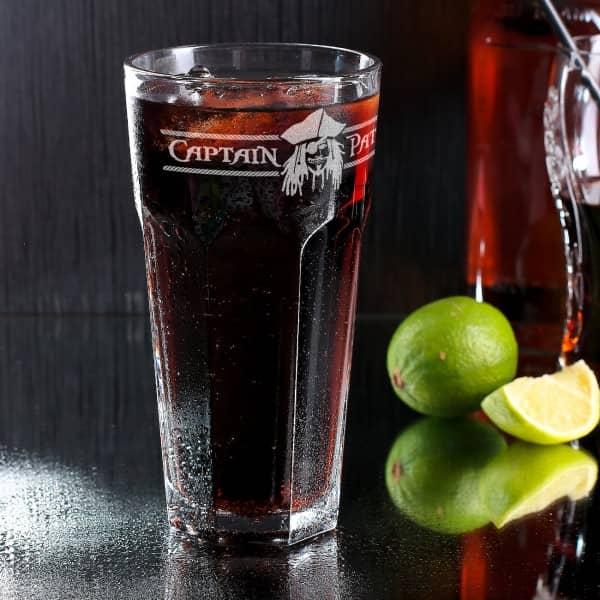 graviertes Longdrinkglas für Piraten mit Name des Captains