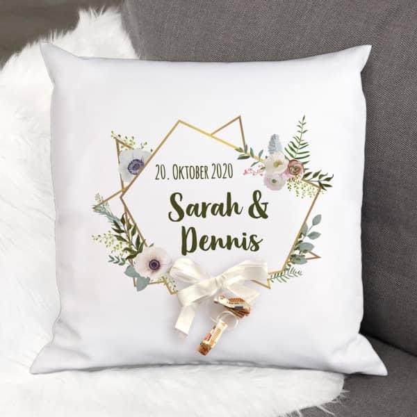 Kissen als Geldgeschenk zur Hochzeit mit Blüten, Namen und Datum