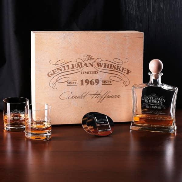 Whiskykaraffe mit Whiskygläsern und Karaffe im Set in gravierter Holzbox