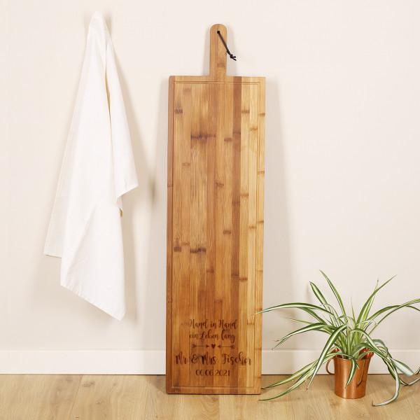 Hand in Hand ein Leben lang - großes Holzbrett als Tischdeko zur Hochzeit