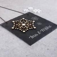 Winterliche Schieferplatte mit Holzschneeflocke und Gravur