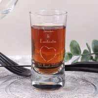 Schnapsglas zur Hochzeit mit Herz-Motiv, Namen und Datum