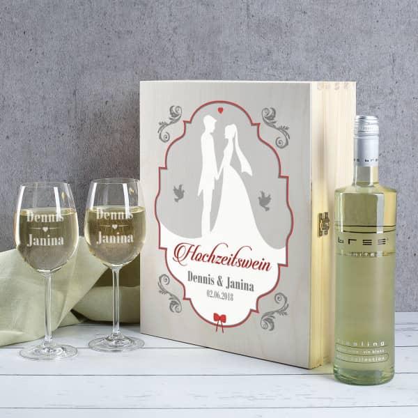 Holzbox mit Weißwein und zwei gravierten Gläsern