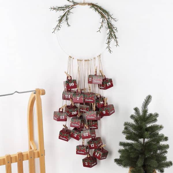 Persönlicher DIY Adventskalender mit rotem Weihnachtsmotiv und Name
