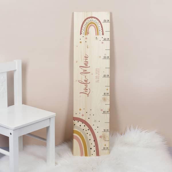 Messlatte aus Holz mit Regenbogen Motiv mit Name und Datum