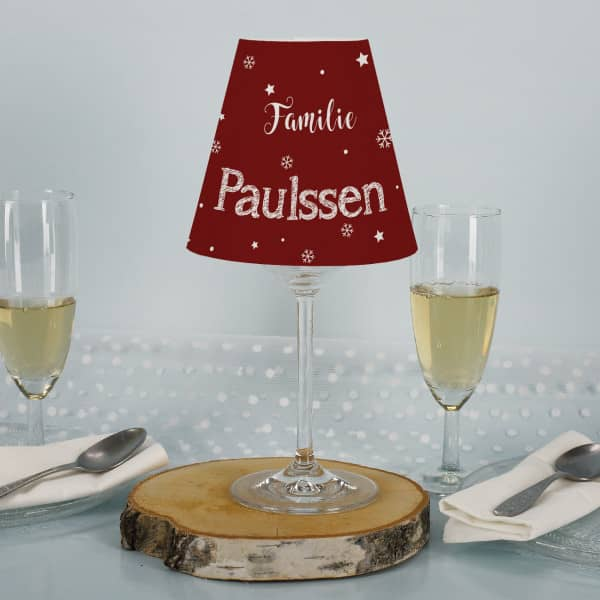 Lampenschirm und Weinglas - Tischdekoration zu Weihnachten mit Familienname
