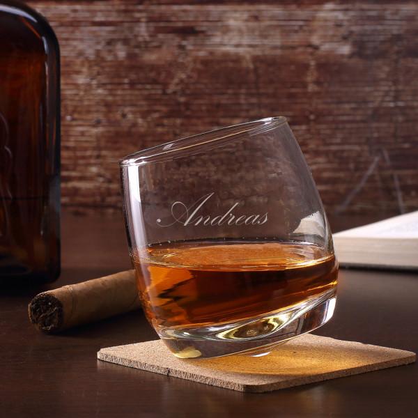 schräg stehender Whisky-Tumbler mit waagerechter Gravur Ihres Wunschnamens
