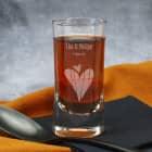 Graviertes Schnapsglas zur Hochzeit mit Herzen, Namen und Datum
