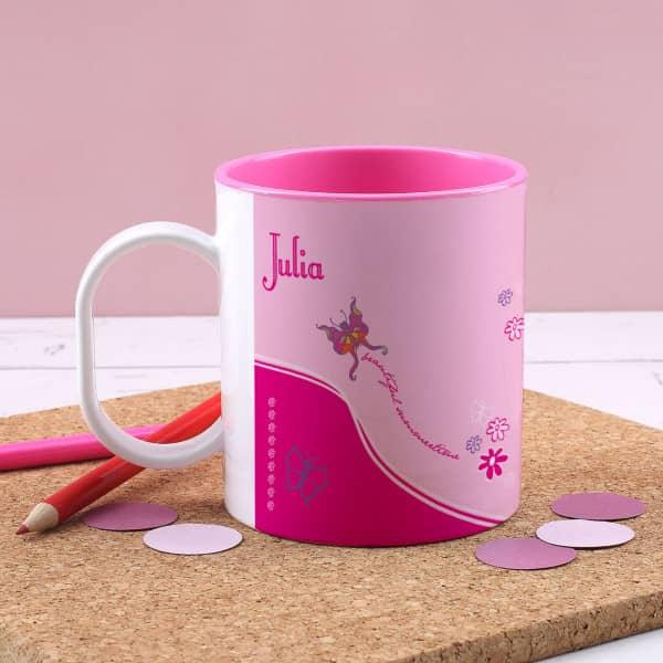 Pinke Kunststofftasse mit Blumen und Schmetterling