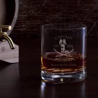 Graviertes Rumglas mit Captainmotiv, Name und Geburtsjahr