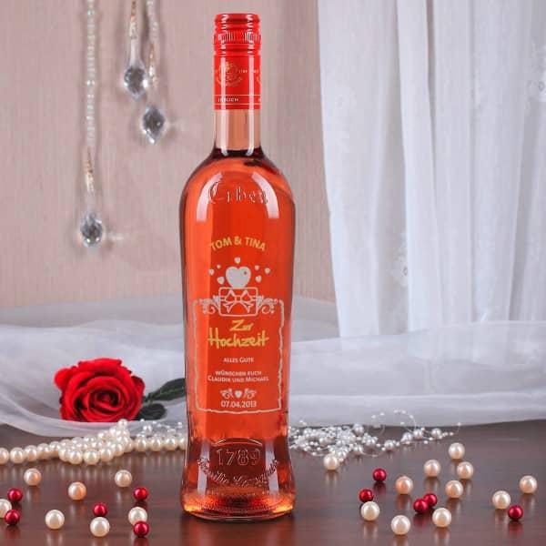 Gravierte Weinflasche zur Hochzeit mit Namen, Datum und Herz-Motiv in silber und gold
